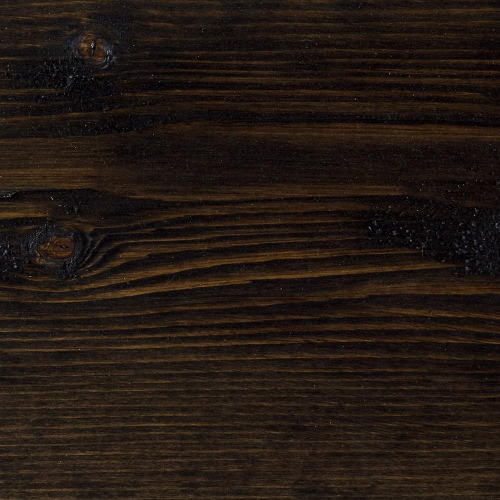 Smreková doska natretá čiernou farbou. Detailná fotka kde vidno štruktúru dreva.