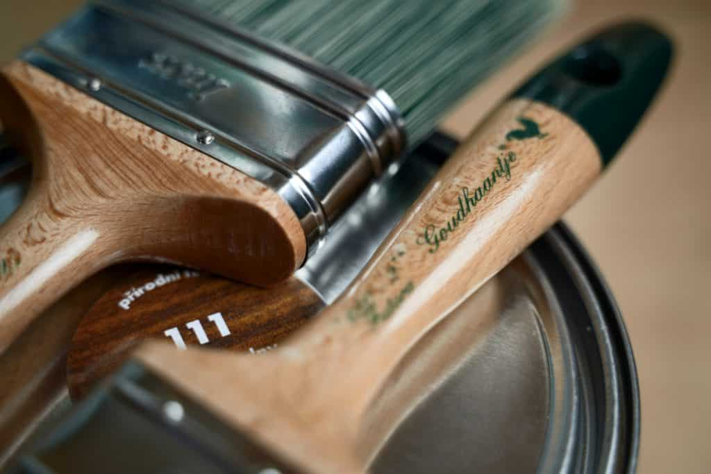 Detailný záber na maliarske náradie značky Goudhaantje. Buková rukoväť a kvalitné syntetické vlákna.
